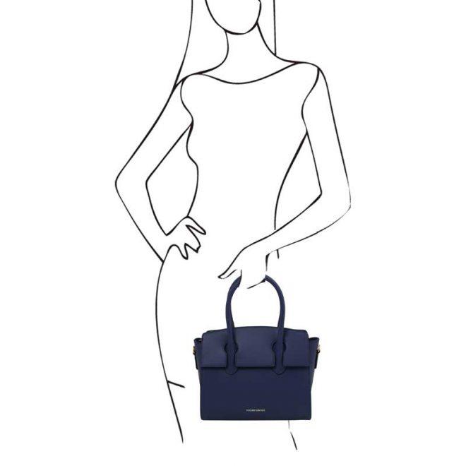 leren-damestas-tl-bag-43-blauw-in-de-hand